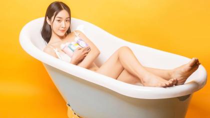 美女浴缸完美融合在一起!