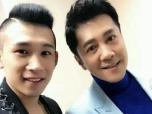天佑与著名歌星蔡国庆吴莫愁合影_歪阅_最好看的YY新闻