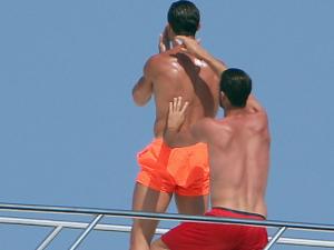 C罗豪艇度假与同性好友互抹油